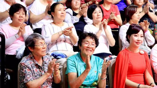 台下的观众们,也是热情高涨,为选手们加油鼓劲!