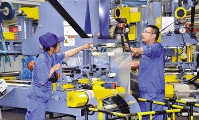 宁夏神州轮胎有限公司预备车间,工人生产钢丝带束层包边。