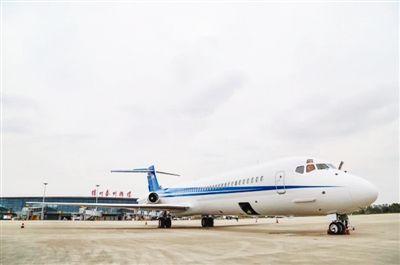 一架公务机在扬州泰州国际机场降落时偏离跑道 事故致约700名旅客延误