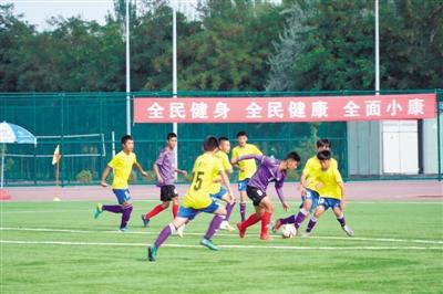 双方球员在比赛中拼抢。