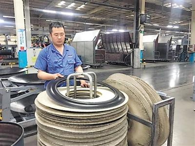 宁夏神州轮胎有限公司成型车间,工人正在整理胎圈。