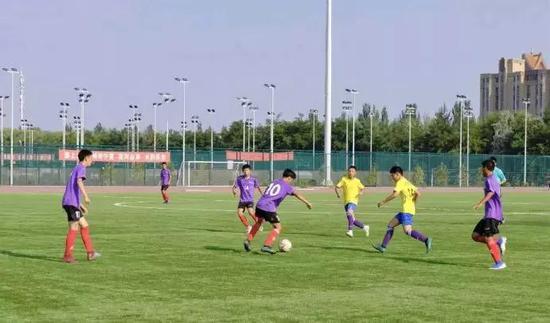 青少年乙组足球大武口队绝杀西夏区夺冠。