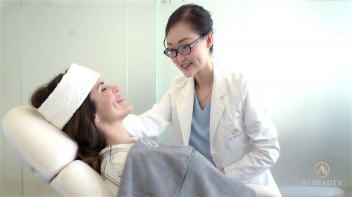 Ai Beauty Clinic医生和客人沟通