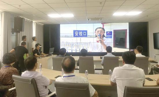 调研组通过中央厨房系统与全媒体采集中心记者进行现场互动连线。