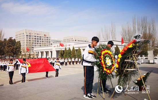 学生代表向革命烈士敬献花圈。穆国虎 摄