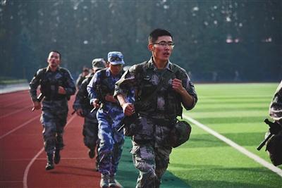 强天林在部队中负重训练。受访者供图