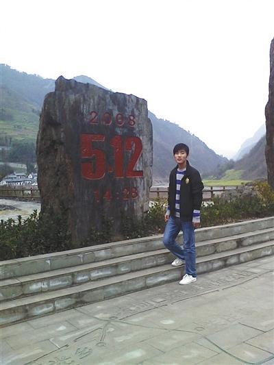 """强天林在""""5·12""""汶川地震遗址前留影"""