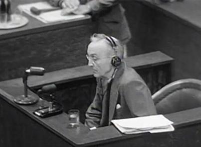 图为约翰·马吉在东京审判的法庭上为南京大屠杀作证。