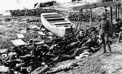 图为日军杀害中国人之后,又放上木柴,浇上汽油,纵火焚烧尸体。