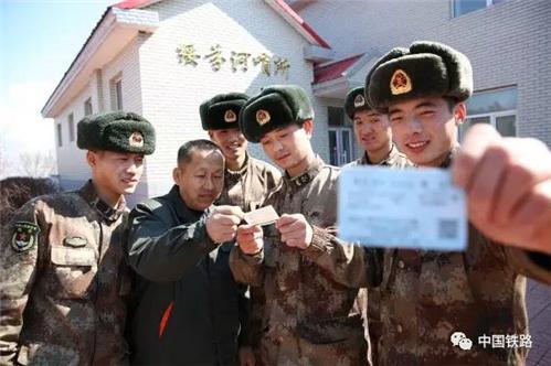 战士们回家,张青叶会到火车站为战士们送行。(图片来源:中国铁路微信公号)