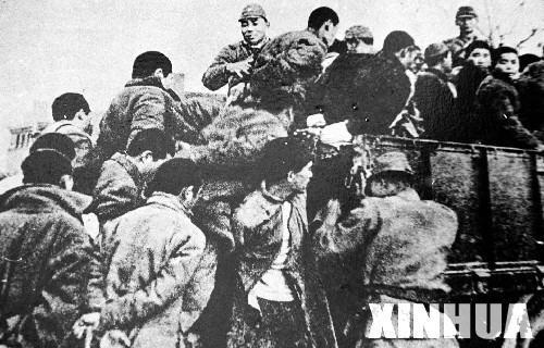 图为日军将大批南京青壮年捆绑后,押往郊外集体屠杀。新华社发(资料照片)