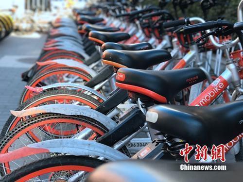 资料图:成排的摩拜单车在路边停放。中新网吴涛 摄