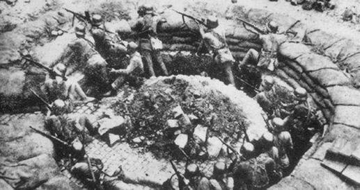 图为淞沪会战期间中国军队88师在上海闸北的环形工事里同日军巷战。