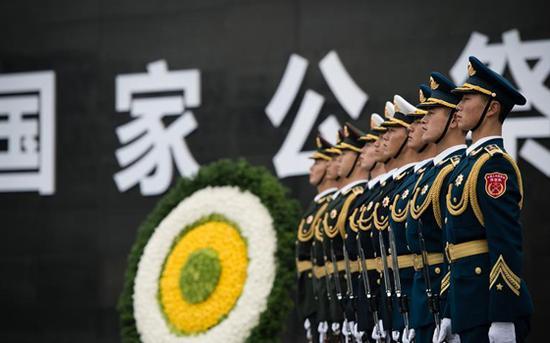 今天,我们为南京大屠杀死难者举行公祭仪式,