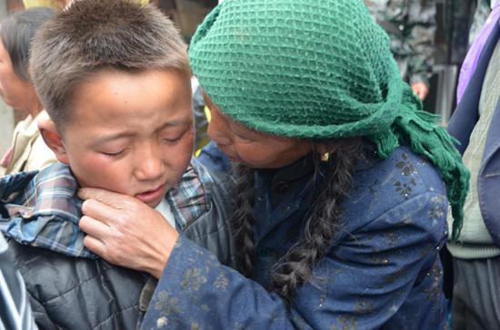 玉树地震时获救的孩子