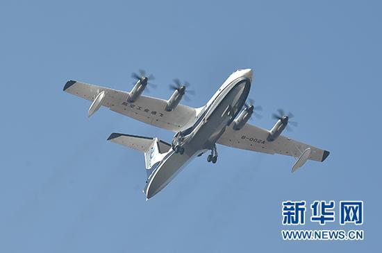 """12月24日,""""鲲龙""""AG600在广东珠海金湾机场起飞。新华社记者 梁旭 摄"""