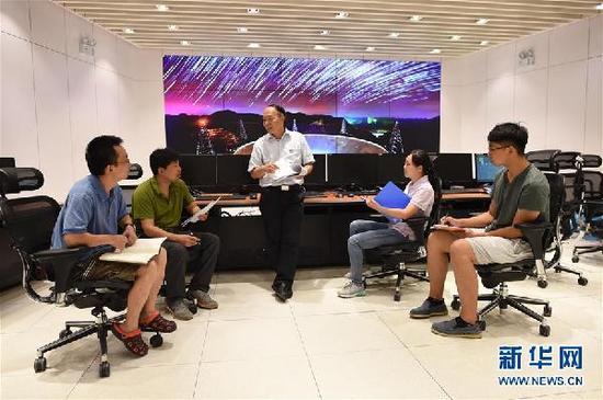 工作人员在FAST总控室内交流(2017年8月10日摄)。新华社记者 欧东衢 摄