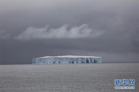 """""""雪龙""""号极地考察船在去往中山站的途中遇到冰山(12月22日摄)"""