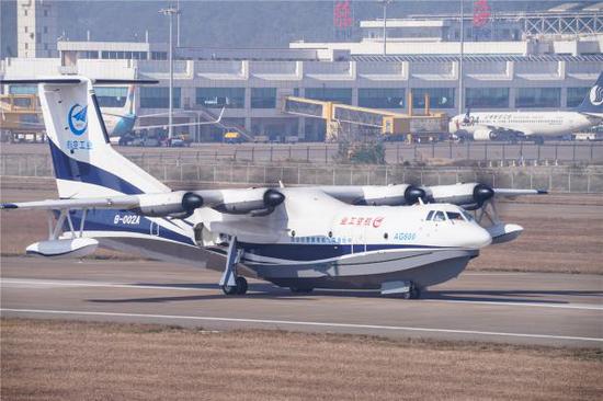 """12月24日,""""鲲龙""""AG600在珠海首飞成功,顺利降落。新华社发"""