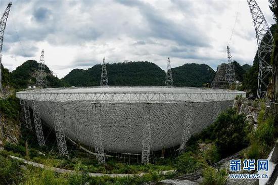 这是群山之中的500米口径球面射电望远镜(FAST)全景(2017年8月9日摄)。新华社记者 欧东衢 摄
