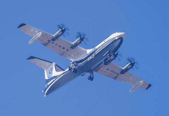 """12月24日,""""鲲龙""""AG600在珠海首飞。新华社记者 刘大伟 摄"""