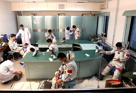 2002年6月17日,航天员在进行穿脱训练。新华社发
