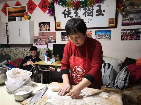 何江萍给孩子们包饺子
