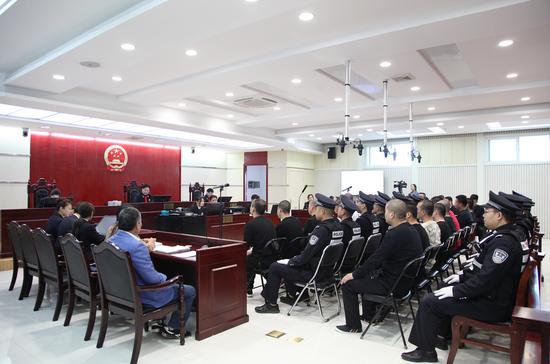 金凤法院公开开庭审理被告人雒某龙等18人涉恶案