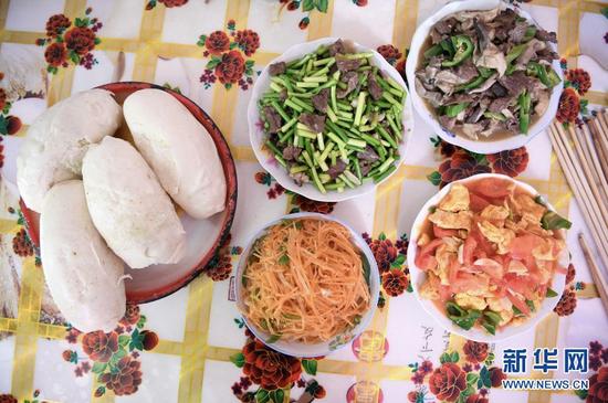 2月11日拍摄的张俊明一家人的午饭。
