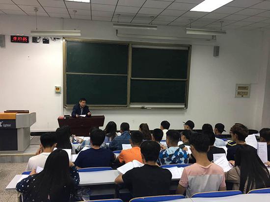 中国人民大学扶贫研究院院长汪三贵对参加实地调研者进行培训