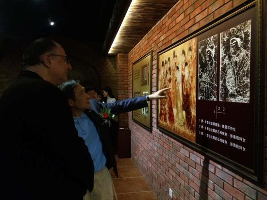与会嘉宾在贺兰山东麓葡萄酒文化体验中心进行参观体验