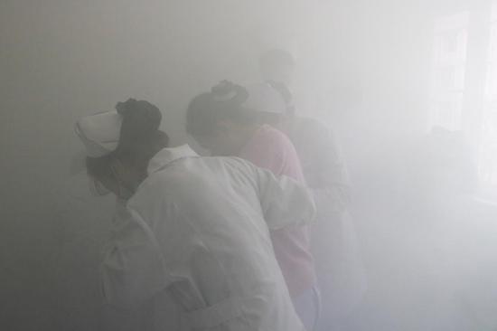 模拟火灾疏散现场, 医护人员相互搀扶、有序离开