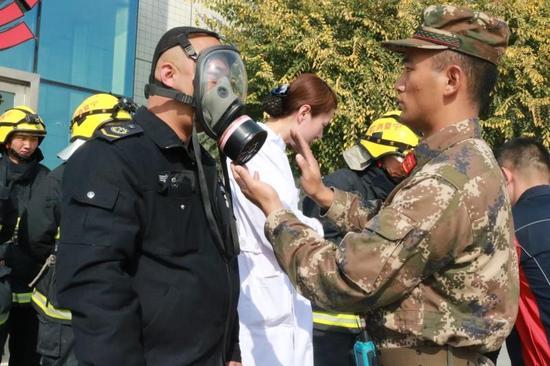 消防官兵现场教学如何正确使用防毒面罩