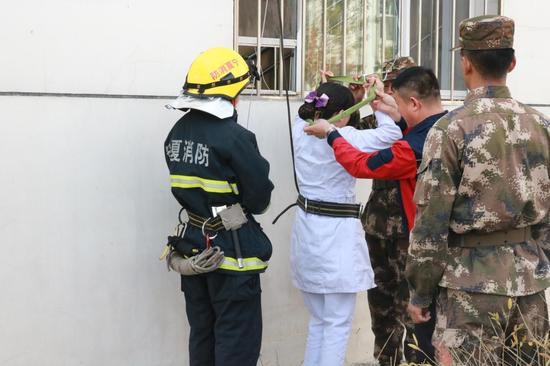 贺兰县第一人民医院护士刘佳体验高空救生缓降器