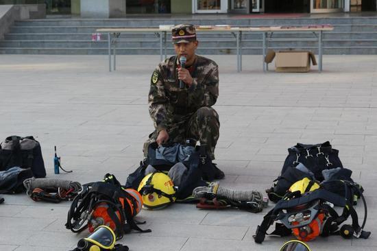 刘同兴班长讲解消防救援服的穿戴方法