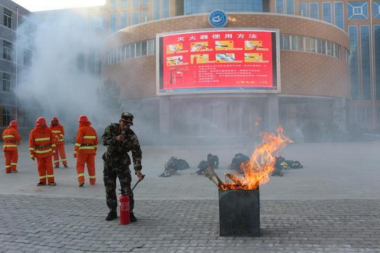 消防官兵示范灭火器使用方法