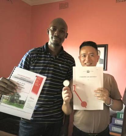 赞比亚卢萨卡市土地局副局长 David Mbale为赞比亚万明投资公司董事长古万明颁发地契