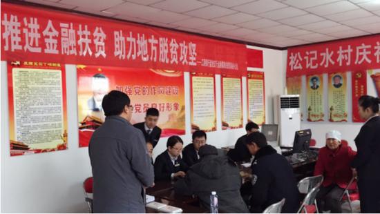 盐池支行组织员工到盐池县麻黄山乡办理金融扶贫贷款业务