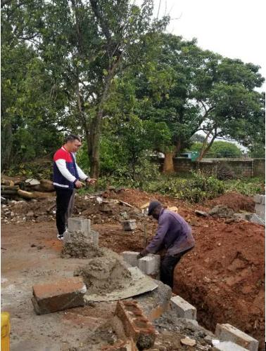 古万明董事长在赞比亚工地现场指导当地工人施工