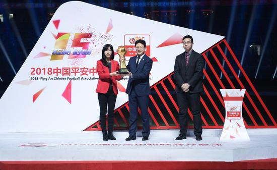 中国平安代表和中国足协代表交接火神杯(图片来源:东方IC)
