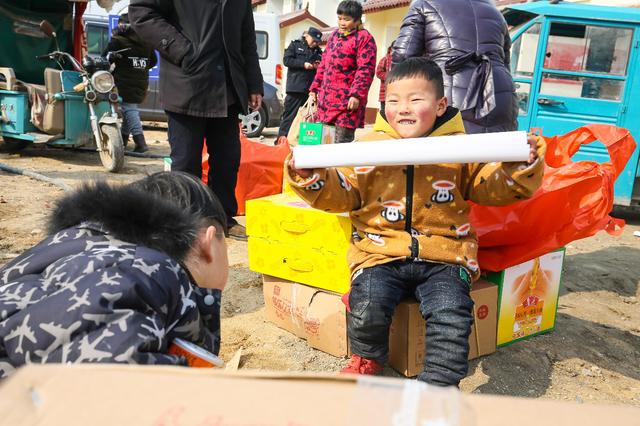 """""""暖男""""刘强东给两村千户乡亲送500万元礼包,网友大呼想回村"""
