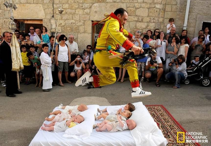 """西班牙跳婴节:""""恶魔""""从婴儿身上跃过"""