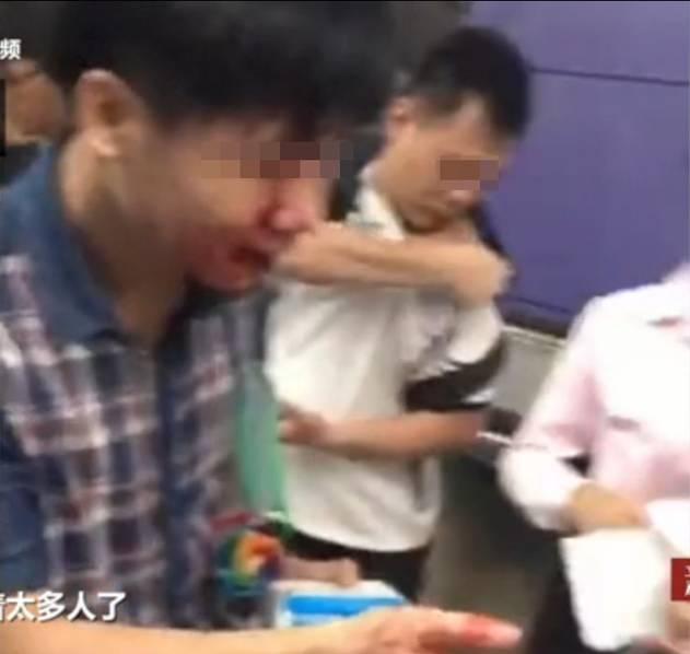 深圳:地铁乘客晕倒引慌乱踩踏 致15人伤