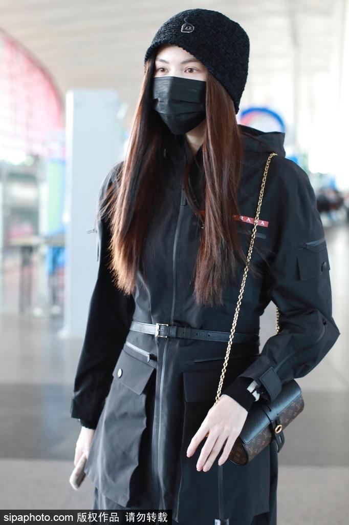 组图:何穗穿黑色大衣配长筒靴现身机场 气势十足超模范儿尽显