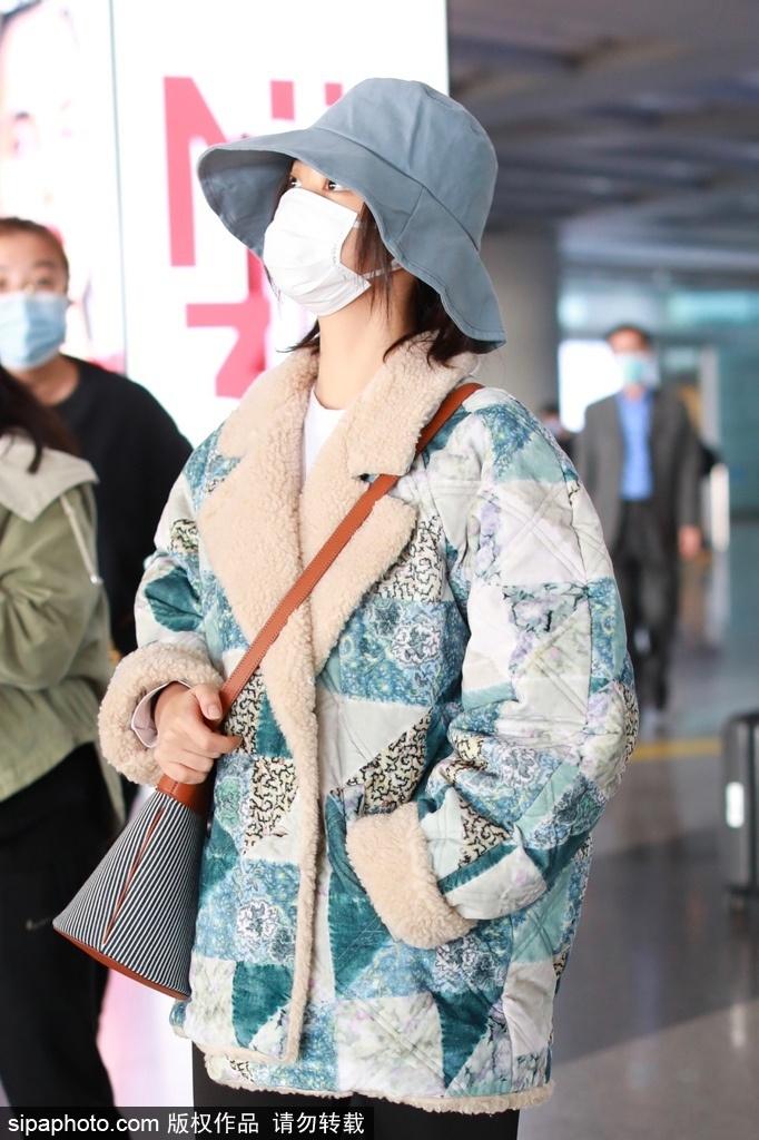 组图:谭松韵身穿花色羊羔绒外套 戴渔夫帽低调休闲现身机场