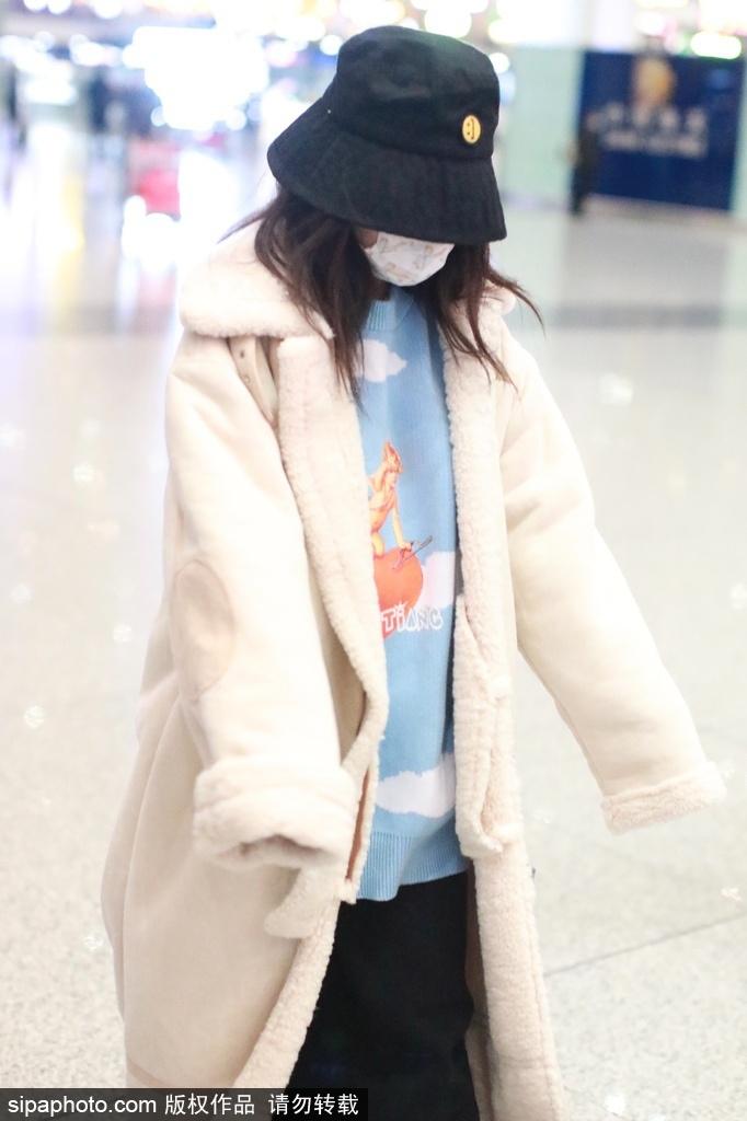 组图:赖美云米色绒外套搭天蓝毛衣出行 手缩袖子可爱又呆萌