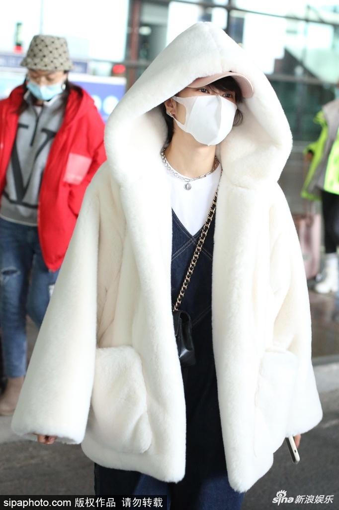 郁可唯裹在白色长毛绒大衣里 外面罩着宽腿裤面具 保暖