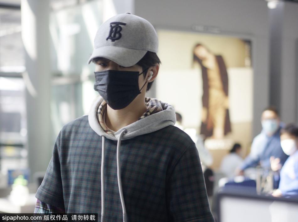 组图:胡宇桐头戴鸭舌帽配格子连帽衫 口罩遮面低调现身机场