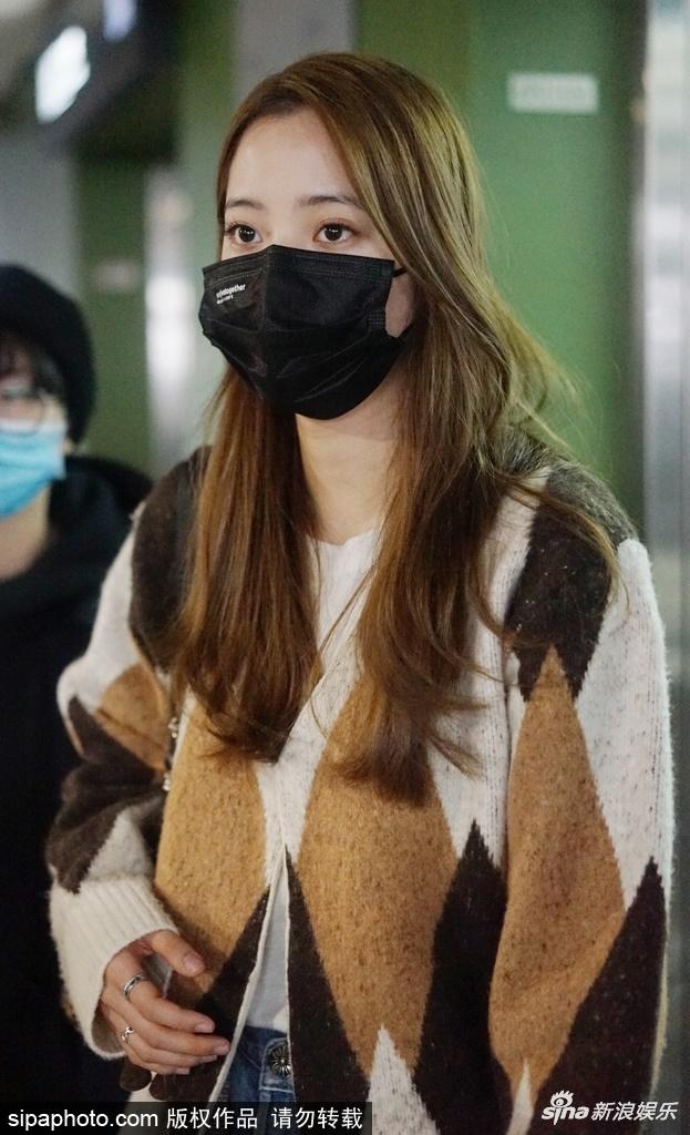 组图:欧阳娜娜穿菱格毛衣现身机场 挎包挂面包挂饰可爱十足