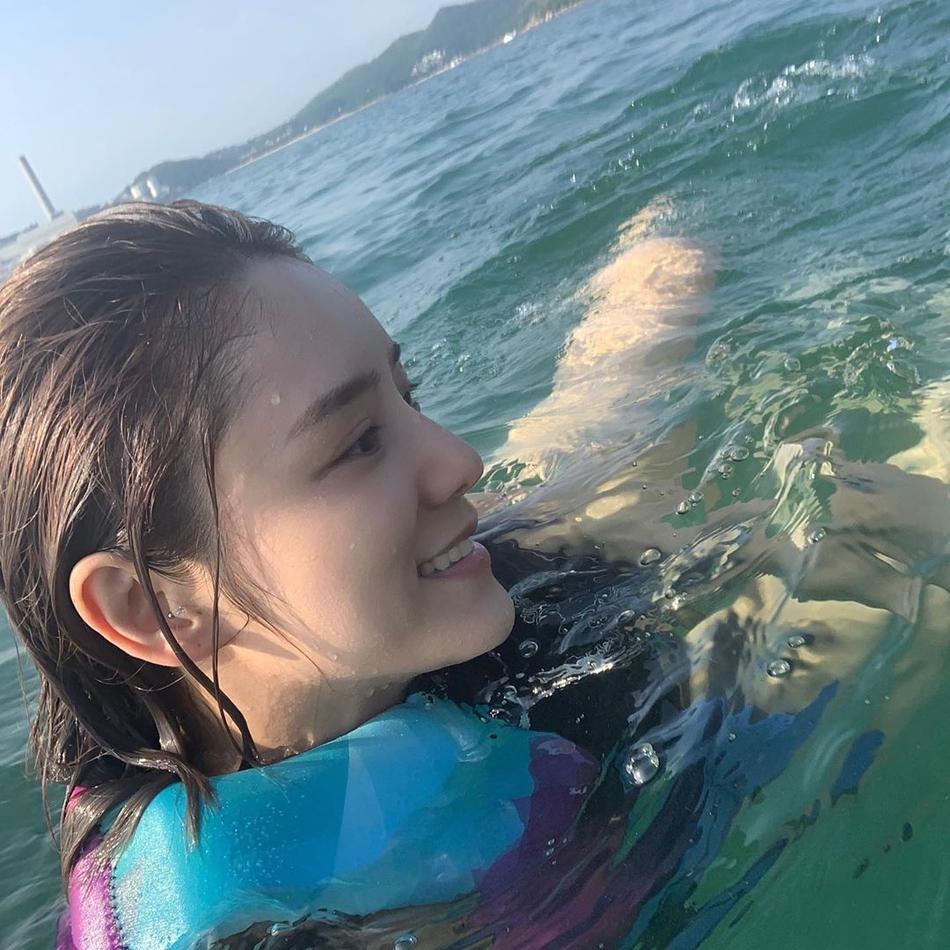 林峯女友张馨月出海晒泳装自拍 身材真的很棒哦!